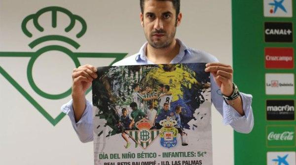 El entrenador salmantino del real Betis Balompié, Julio Velázquez, con el cartel de presentación de este especial evento.